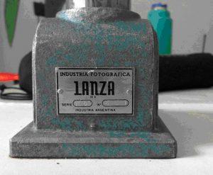 Pie de las primeras ampliadoras Lanza con el logotipo de la empresa