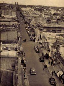 Las icónicas torres al final de la calle Rivadavia, tomada por el fotográfo Alcibíades Rodriguez, circa 1950